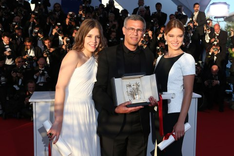 Director Abdellatif Kechiche poses on May 26, 2013 with his Palme d'Or award flanked by French actresses Lea Seydoux (R) and Adele Exarchopoulos during a photocall at the 66th Cannes film festival in Cannes.